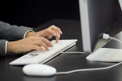 Donna di affari che scrive al computer Immagine Stock