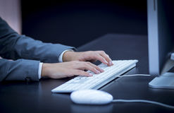 Donna di affari che scrive al computer Immagini Stock Libere da Diritti