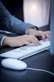 Donna di affari che scrive al computer Fotografia Stock Libera da Diritti