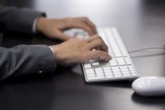 Donna di affari che scrive al computer Fotografia Stock