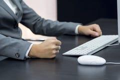Donna di affari che scrive al computer Immagine Stock Libera da Diritti
