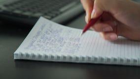 Donna di affari che scrive con la penna in suo blocco note video d archivio