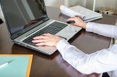 Donna di affari che scrive su un computer portatile Fotografie Stock Libere da Diritti