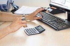 Donna di affari che scrive sul calcolatore Fotografie Stock Libere da Diritti