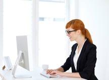 Donna di affari che scrive sul computer Fotografie Stock Libere da Diritti