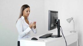 Donna di affari che scrive sulla tastiera di computer che ha dolore del polso in ufficio Sindrome del tunnel carpale video d archivio