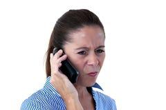 Donna di affari che sembra sconcertante sul telefono fotografie stock
