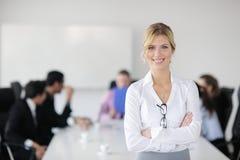 Donna di affari che si leva in piedi davanti con al suo personale Fotografie Stock Libere da Diritti