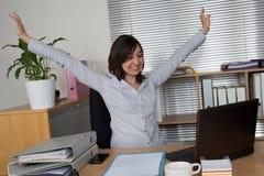 Donna di affari che si rilassa con le sue mani su fotografie stock