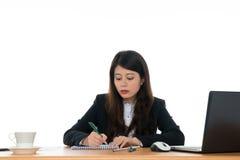 Donna di affari che si siede alla scrivania Fotografia Stock