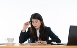 Donna di affari che si siede alla scrivania Immagine Stock Libera da Diritti