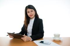 Donna di affari che si siede alla scrivania Fotografie Stock