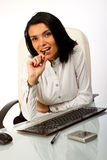 Donna di affari che si siede alla scrivania con la penna Immagini Stock