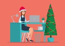 Donna di affari che si siede alla tabella Albero del nuovo anno Fotografia Stock