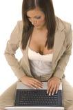 Donna di affari che si siede con il calcolatore Fotografia Stock