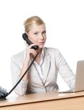 Donna di affari che si siede con il microtelefono del telefono fotografia stock libera da diritti