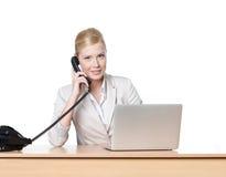 Donna di affari che si siede con il microtelefono del telefono fotografia stock