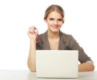donna di affari che si siede con un computer portatile fotografia stock