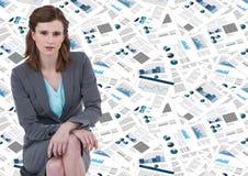 Donna di affari che si siede contro il contesto del documento immagine stock