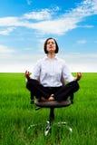 Donna di affari che si siede nella posizione di loto Fotografie Stock