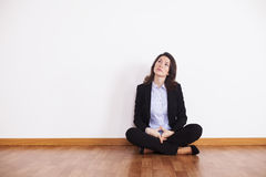Donna di affari che si siede sul pavimento Fotografia Stock