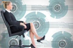 Donna di affari che si siede sulla poltrona girevole in vestito nero Fotografie Stock Libere da Diritti