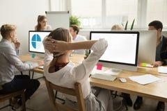 Donna di affari che si tiene per mano dietro il lavoro di riposo di rifinitura della testa, Immagini Stock