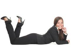 Donna di affari che si trova giù isolato Fotografia Stock
