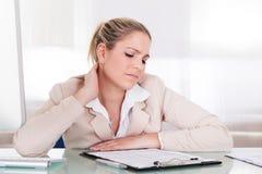 Donna di affari che soffre dal dolore al collo Immagini Stock Libere da Diritti