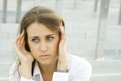Donna di affari che soffre dall'emicrania Immagine Stock