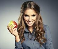 Donna di affari che sorride allo studio. fotografia stock