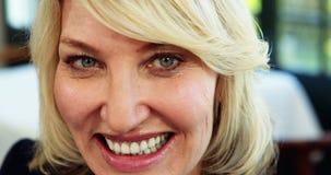 Donna di affari che sorride nel ristorante 4k video d archivio