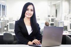Donna di affari che sorride nell'ufficio Immagini Stock