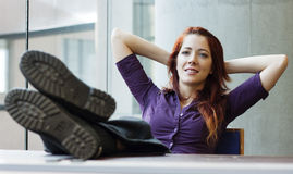 Donna di affari che sorride, piedi in su, Fotografia Stock Libera da Diritti