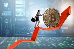 Donna di affari che spinge bitcoin in conce del blockchain di cryptocurrency Fotografia Stock Libera da Diritti