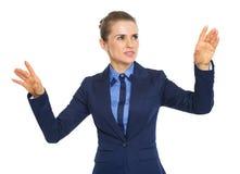 Donna di affari che spinge i bottoni in aria Fotografia Stock