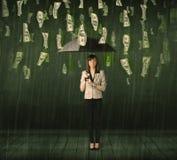 Donna di affari che sta con l'ombrello nel concetto della pioggia della banconota in dollari Fotografie Stock