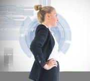 Donna di affari che sta con le mani sulle anche Immagini Stock Libere da Diritti