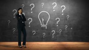 Donna di affari che sta contro i punti interrogativi e la lampadina stock footage