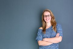 Donna di affari che sta contro il fondo grigio Fotografia Stock Libera da Diritti