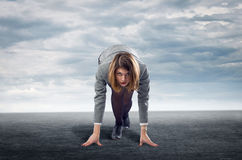 Donna di affari che sta nella posizione di inizio Fotografia Stock Libera da Diritti