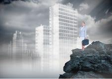 Donna di affari che sta sulla pietra del nero 3D in città Fotografia Stock