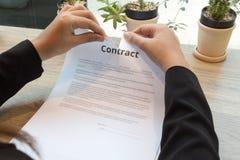 Donna di affari che strappa su un contratto Fotografia Stock