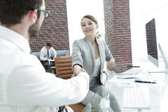 Donna di affari che stringe le mani con il suo socio commerciale Immagine Stock Libera da Diritti