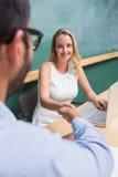 Donna di affari che stringe le mani con l'uomo durante l'intervista Fotografia Stock Libera da Diritti