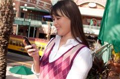 Donna di affari che texting sul telefono Immagini Stock Libere da Diritti