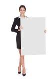 Donna di affari che tiene cartello in bianco fotografia stock libera da diritti