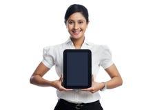 Donna di affari che tiene compressa digitale immagine stock
