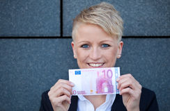 Donna di affari che tiene euro 10 Fotografia Stock Libera da Diritti
