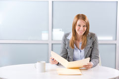 Donna di affari che tiene i documenti giuridici Immagine Stock
